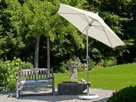 Vorschau: Sonnenschirm Suncomfort Style Ambientebild im Garten