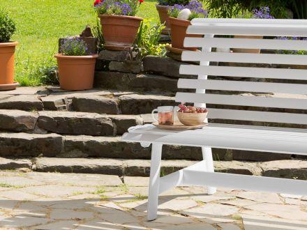 Vorschau: Kettler Alu Gartenbank 2-Sitzer weiß im Garten