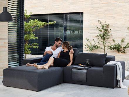 Vorschau: Aufstellbeispiel mit Hocker und Endteil rechts (separat erhältlich) als Recamiere-Sofa
