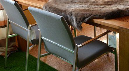 Edelstahl-Gartenmöbel mit Teakholz-Tisch kombiniert