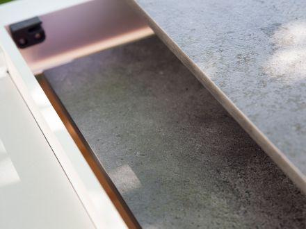 Vorschau: Beide Einlegeplatten können im Tisch aufbewahrt werden