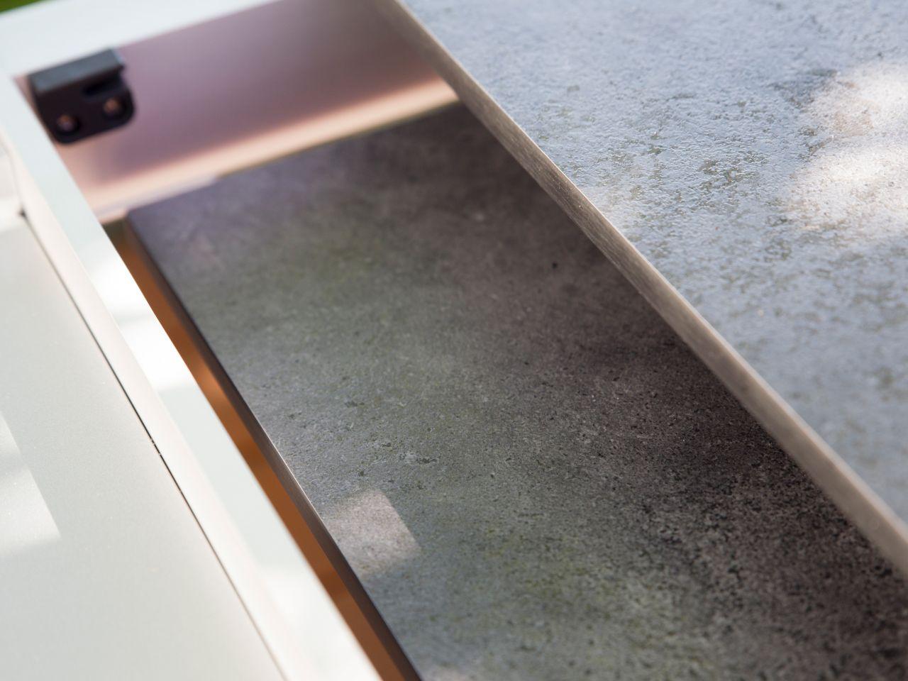 Einlegeplatte kann im Tisch aufbewahrt werden
