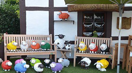 Viele Accessoires wie Bänke und bunte Schafe