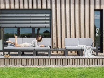 Vorschau: Beispiel Aufstellvariante als langes Loungesofa mit Beistelltisch