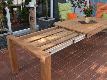 Vorschau: Gartentisch mit integrierter, ausklappbarer Erweiterungsplatte